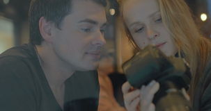 Νέο ζεύγος με τη κάμερα που επιλέγει τους καλύτερους πυροβολισμούς απόθεμα βίντεο