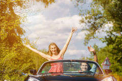 Νέο ζεύγος με το αυτοκίνητο καμπριολέ την άνοιξη Στοκ φωτογραφία με δικαίωμα ελεύθερης χρήσης