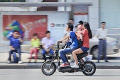 Νέο ζεύγος με το παιδί σε ένα ε-ποδήλατο, Σαγκάη, Κίνα Στοκ εικόνα με δικαίωμα ελεύθερης χρήσης