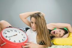 Νέο ζεύγος με το ρολόι συναγερμών στοκ φωτογραφία