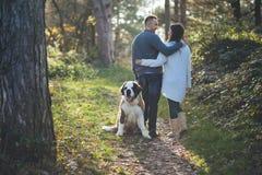 Νέο ζεύγος με το σκυλί στοκ φωτογραφίες με δικαίωμα ελεύθερης χρήσης