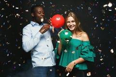 Νέο ζεύγος με το υπόβαθρο λεσχών μπαλονιών τη νύχτα Στοκ εικόνες με δικαίωμα ελεύθερης χρήσης