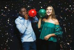 Νέο ζεύγος με το υπόβαθρο λεσχών μπαλονιών τη νύχτα Στοκ φωτογραφία με δικαίωμα ελεύθερης χρήσης