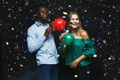 Νέο ζεύγος με το υπόβαθρο λεσχών μπαλονιών τη νύχτα Στοκ Εικόνες