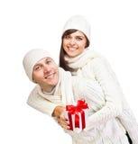 Νέο ζεύγος με το δώρο Χριστουγέννων Στοκ φωτογραφίες με δικαίωμα ελεύθερης χρήσης