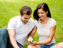 Νέο ζεύγος με το smartphone Στοκ Φωτογραφία