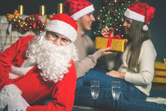 Νέο ζεύγος με Santa που γιορτάζει το νέο έτος 2017, Χριστούγεννα Στοκ φωτογραφία με δικαίωμα ελεύθερης χρήσης