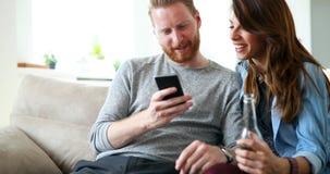 Νέο ζεύγος μόδας των εραστών που παίζουν με κινητό Στοκ Φωτογραφίες