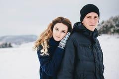 Νέο ζεύγος που έχει έναν περίπατο στη χιονώδη επαρχία Στοκ φωτογραφίες με δικαίωμα ελεύθερης χρήσης
