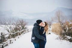Νέο ζεύγος που έχει έναν περίπατο στη χιονώδη επαρχία Στοκ εικόνες με δικαίωμα ελεύθερης χρήσης