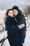 Νέο ζεύγος που έχει έναν περίπατο στη χιονώδη επαρχία Στοκ Φωτογραφίες