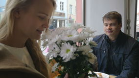 Νέο ζεύγος που έχει μια ημερομηνία στον καφέ απόθεμα βίντεο