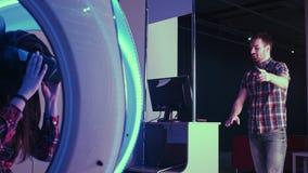 Νέο ζεύγος που έχει τη διασκέδαση με την έλξη εικονικής πραγματικότητας Στοκ Εικόνα