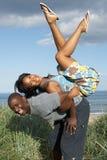Νέο ζεύγος που έχει τη διασκέδαση στους αμμόλοφους άμμου Στοκ εικόνες με δικαίωμα ελεύθερης χρήσης