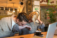 Νέο ζεύγος που έχει τη διασκέδαση στον καφέ Στοκ εικόνα με δικαίωμα ελεύθερης χρήσης