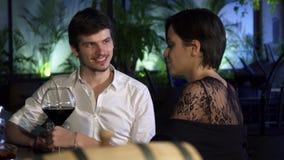 Νέο ζεύγος που έχει τη ρομαντική ημερομηνία στο φραγμό που πίνει μαζί και που μιλά απόθεμα βίντεο
