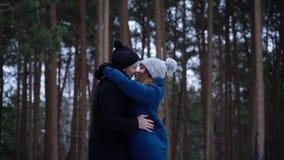 Νέο ζεύγος που αγκαλιάζει και που φιλά στο πάρκο το χειμώνα couple happy together Πορτρέτο του ευτυχούς ζεύγους συνεδρίασης ερωτε στοκ φωτογραφίες με δικαίωμα ελεύθερης χρήσης