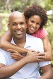 Νέο ζεύγος που αγκαλιάζει υπαίθρια στοκ φωτογραφία με δικαίωμα ελεύθερης χρήσης