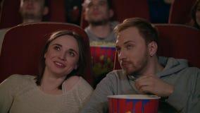 Νέο ζεύγος που απολαμβάνει την ταινία στον κινηματογράφο Ζεύγος που τρώει popcorn και που συζητά τον κινηματογράφο φιλμ μικρού μήκους