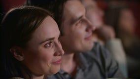 Νέο ζεύγος που απολαμβάνει την ταινία στο αγκάλιασμα κινηματογράφων Κινηματογράφος προσοχής ζευγών αγάπης απόθεμα βίντεο
