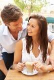 Νέο ζεύγος που απολαμβάνει τον καφέ και το κέικ Στοκ Εικόνα