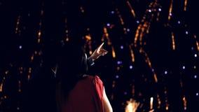 Νέο ζεύγος που απολαμβάνει τα πυροτεχνήματα Παραμονής Πρωτοχρονιάς απόθεμα βίντεο