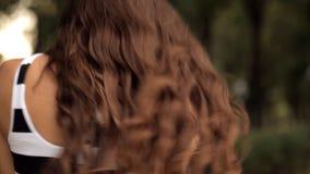 Νέο ζεύγος που απολαμβάνει το ένα το άλλο σε ένα πάρκο διακοπών απόθεμα βίντεο