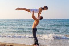 Νέο ζεύγος που ασκεί μια σκηνή χορού στην παραλία. Στοκ φωτογραφίες με δικαίωμα ελεύθερης χρήσης