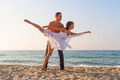 Νέο ζεύγος που ασκεί μια σκηνή χορού στην παραλία. Στοκ Εικόνες