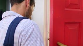 Νέο ζεύγος που αφήνει το σπίτι για την εργασία από κοινού φιλμ μικρού μήκους