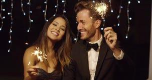 Νέο ζεύγος που γιορτάζει το νέο έτος με τα sparklers φιλμ μικρού μήκους