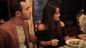 Νέο ζεύγος που δειπνεί σε μια ρομαντική ατμόσφαιρα στο εστιατόριο στη βάρκα απόθεμα βίντεο