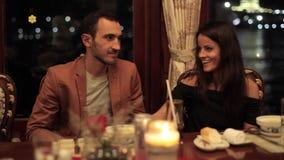 Νέο ζεύγος που δειπνεί σε μια ρομαντική ατμόσφαιρα στο εστιατόριο στη βάρκα φιλμ μικρού μήκους