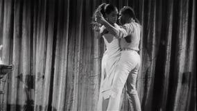 Νέο ζεύγος που εκτελεί τον τελετουργικό χορό απόθεμα βίντεο