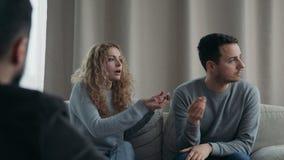 Νέο ζεύγος που επισκέπτεται το επαγγελματικό συζυγικό γραφείο θεραπόντων φιλμ μικρού μήκους