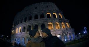 Νέο ζεύγος που κάνει selfie κοντά σε Coliseum φιλμ μικρού μήκους