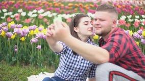 Νέο ζεύγος που κάνει selfie απόθεμα βίντεο