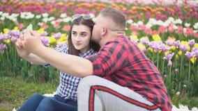 Νέο ζεύγος που κάνει selfie φιλμ μικρού μήκους