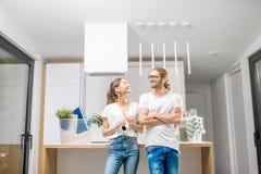 Νέο ζεύγος που κινείται προς ένα νέο σύγχρονο σπίτι στοκ φωτογραφία