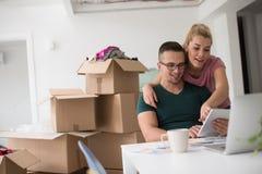 Νέο ζεύγος που κινείται σε ένα νέο σπίτι Στοκ εικόνα με δικαίωμα ελεύθερης χρήσης