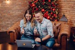 Νέο ζεύγος που κουβεντιάζει με τους συγγενείς μέσω του webcam στοκ φωτογραφίες