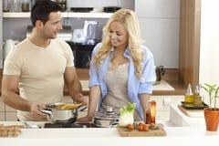 Νέο ζεύγος που μαγειρεύει στο σπίτι στοκ εικόνα με δικαίωμα ελεύθερης χρήσης