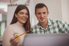 Νέο ζεύγος που μελετά μαζί στη βιβλιοθήκη κολλεγίων στοκ φωτογραφίες με δικαίωμα ελεύθερης χρήσης