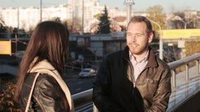Νέο ζεύγος που μιλά στην πόλη απόθεμα βίντεο