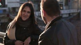 Νέο ζεύγος που μιλά στην πόλη φιλμ μικρού μήκους