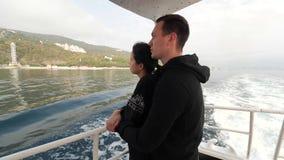 Νέο ζεύγος που οδηγά μια βάρκα φιλμ μικρού μήκους