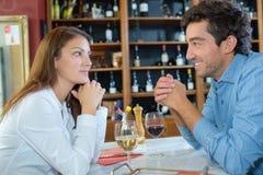 Νέο ζεύγος που πίνει το κόκκινο κρασί στο εστιατόριο Στοκ φωτογραφία με δικαίωμα ελεύθερης χρήσης
