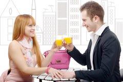 Νέο ζεύγος που πίνει το χυμό από πορτοκάλι, υπόβαθρο σχεδίων πόλεων Στοκ φωτογραφία με δικαίωμα ελεύθερης χρήσης