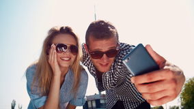 Νέο ζεύγος που παίρνει ένα selfie σε έναν κινητό απόθεμα βίντεο