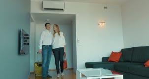 Νέο ζεύγος που παίρνει συγκινημένο με το νέο διαμέρισμα απόθεμα βίντεο